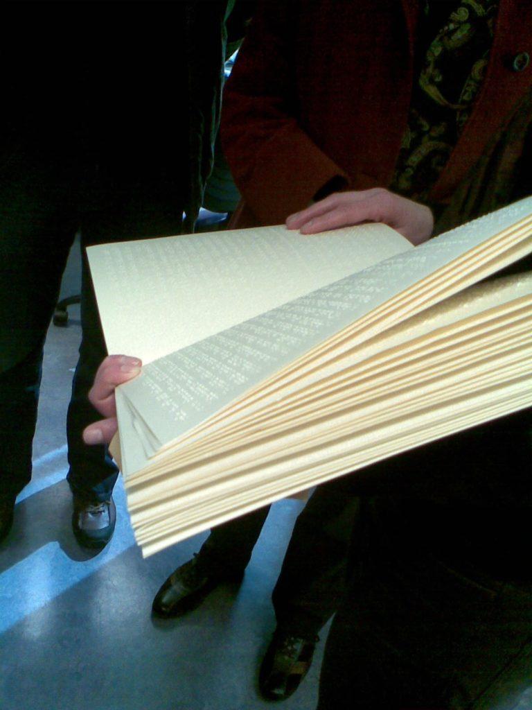 كتاب مكتوب بطريقة برايل